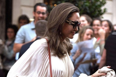 Η Angelina Jolie παραδίδει μαθήματα κομψότητας στο Παρίσι!
