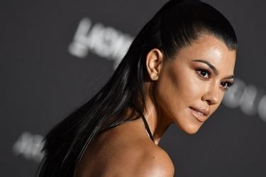 Η Kourtney Kardashian ποζάρει δείχνοντας τις ραγάδες της