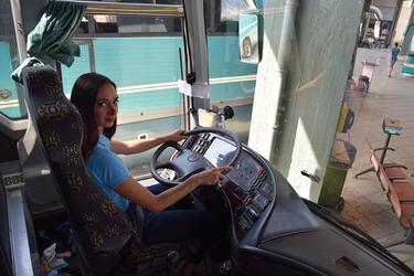 Μια νέα και πανέμορφη γυναίκα στο τιμόνι του ΚΤΕΛ Λάρισας