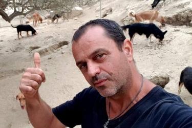 Ο επιχειρηματίας που εγκατέλειψε τη νύχτα και ξόδεψε όλη του την περιουσία για τα αδέσποτα (video)
