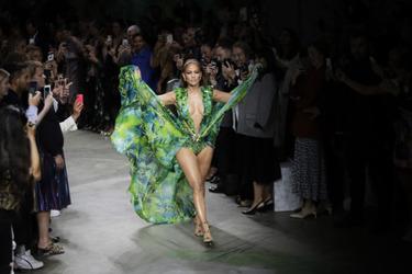 Versace: Η Jennifer Lopez φόρεσε ξανά το θρυλικό πράσινο φόρεμα